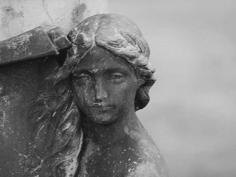 la joven convertida en piedra